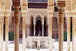 Espagne, Andalousie, Grenade, l'Alhambra, la Cour des lions, fontaine