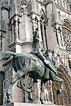 France, statue de la région Champagne, Reims, Jeanne d'arc en face de la cathédrale