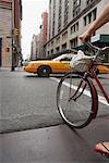 Femme à vélo dans la ville de New York, New York, USA