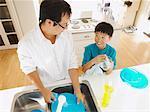 Homme et garçon, laver la vaisselle