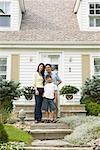 Portrait de famille devant la maison