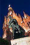 Statue et La Parroquia, San Miguel de Allende, Guanajuato, Mexique
