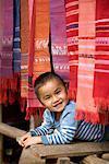 Porträt des Kindes im Textilmarkt, Laos