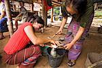 Femmes faisant de nouilles, Laos