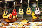 Guitares à vendre au marché, Damnoen Saduak, Thaïlande flottant