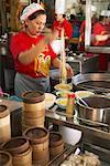 Femme Chef, mettre les nouilles dans des bols, Bangkok Thaïlande