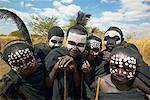 Enfants porter le maquillage et plumes d'autruche, Tanzanie