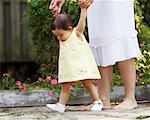 Jeune fille apprend à marcher