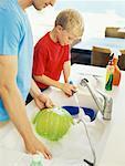 Père et son fils, laver la vaisselle