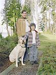 Mère et fils avec chien de famille