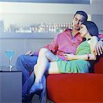 Couple se détendre au bar-salon