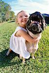 Jeune fille embrassant chien