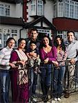 Porträt der Familie vor Haus