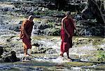 Myanmar, bonzes traversant la rivière