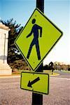 Piétons traversant signe avec une flèche sur le fond, Washington DC, USA
