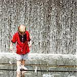 Jungen spielen in einem Brunnen