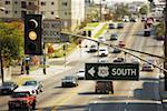 Feu de circulation sur une route, Hollywood, Los Angeles, Californie, USA