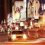 Taxi, conduite par le biais de times square à New York city