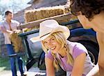 Gros plan d'une jeune femme portant un chapeau de cowboy, souriant