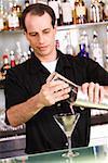 Barman préparer un martini