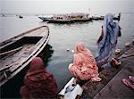 Femmes sur la rive du fleuve Gange, Varanasi, Inde