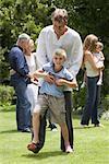 Neffe zu Fuß auf Onkel 's Feet