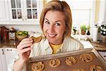 Femme de cuisson des Cookies