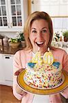 Frau hält Geburtstagstorte