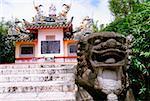 Nahaufnahme einer Statue vor einem Grab, Ishigaki, Okinawa, Japan