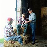 Personnes assises en parlant de la grange