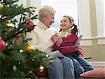Fille reçoit des fonds de Noël de grand-mère