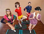 Portrait von Menschen in Step-Aerobic-Klasse