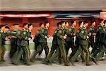 Gardes parcourant une place Tiananmen de Pékin, Chine
