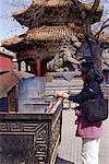 Frau Beleuchtung Weihrauch im Tempel Lamma, Peking, China