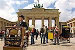 Orgue de barbarie et les touristes à la Pariser Platz, Berlin, Allemagne