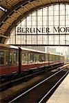Train de banlieue entrant Alexanderplatz, Berlin, Allemagne