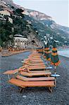 Chaises de plage et parasols, Positano, Amalfi Coast, Italie