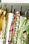 Bijoux sur des crochets