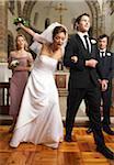 Déclenchement de la mariée sur sa robe de mariage