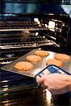 Frau Entfernen von Cookies aus dem Ofen