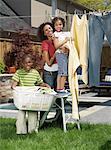Mère, fils et fille, faire la lessive