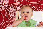 Kind Essen Erdbeere in Hochstuhl