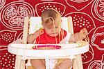 Bébé avec Spaghetti dans la chaise haute