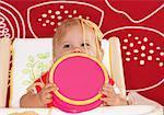 Baby mit Spaghetti in Hochstuhl