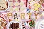"""Party Essen auf Tisch in der Küche, die Schreibweise """"""""PARTY"""""""", obenliegende Ansicht"""