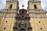 En regardant vers le haut le Convento y Museo de San Francisco, Lima, Peru