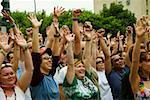 Groupe de personnes agitant leurs bras dans une parade gay