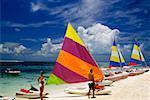 Ligne de voiles colorées sur un bord de la mer, l'île au Trésor, Abaco, Bermudes