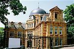 Vue latérale d'un bâtiment en forme de dôme adjacent à l'Observatoire Royal de Greenwich, Angleterre
