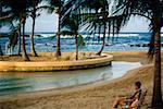 Un couple est vu se détendre sur une plage, l'hôtel Caribe Hilton, Porto Rico